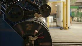 De rollen van de staaldraad bij een bandfabriek stock video