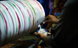 De Rolling die brok van roomijskulfi voor een plaat van roomijs wordt geschaafd schilfert met de hand af stock foto