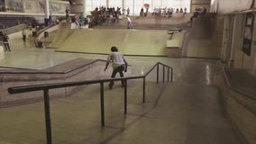 De rolschaatser maakt extreme misstap op omheining en springplank in skatepark uitdaging competition stock footage