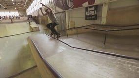De rolschaatser maakt extreme misstap op springplank in skatepark Topless schaatser uitdaging competition stock footage