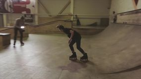 De rolschaatser maakt misstap op omheining in skatepark springplank cameraman uitdaging competition stock footage