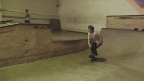 De rolschaatser maakt misstap, stunts op springplank in skatepark uitdaging competition extreem stock footage