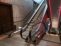 De roltrappen binnen een modern hotel, leidden licht royalty-vrije stock afbeelding