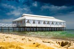 De Romaanse bar van de strandclub, bruine overzees, hal, de beachrestaurant zomer, beachclub, beachumbrella, bank Royalty-vrije Stock Foto's