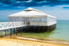 De Romaanse bar van de strandclub, bruine overzees, hal, de beachrestaurant zomer, beachclub, beachumbrella, bank Royalty-vrije Stock Afbeelding