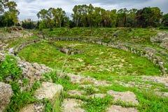 De Roman arena voor gladiatorenstrijden van Syracuse, ruïnes in Archeologisch park, Sicilië stock afbeelding
