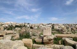De Roman stad van Gerasa en moderne Jerash Stock Fotografie