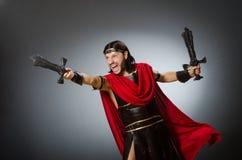 De roman strijder met zwaard tegen achtergrond Stock Fotografie