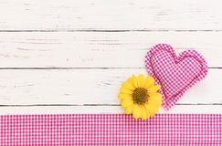 De romantische achtergrond van de babydouche met roze hart en bloem voor een meisje stock afbeelding