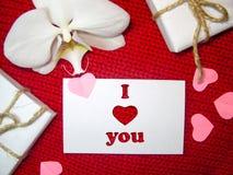 De romantische achtergrond van het liefdeconcept met document harten die op een rode geweven achtergrond leggen Mooie Valentijnsk Royalty-vrije Stock Afbeeldingen
