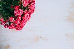 De romantische bloemen uitstekende achtergrond van het rozenkader Stock Foto