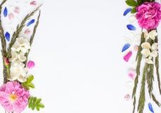 De romantische bloemvlakte legt kader met rozen, jasmijn, Aren, podium Royalty-vrije Stock Afbeeldingen