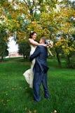 De romantische bruid en de bruidegom omhelzen Stock Afbeeldingen