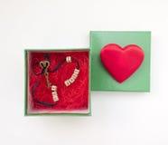 De romantische gift in een doos met een hart en zeer belangrijke I houden van u royalty-vrije stock foto's