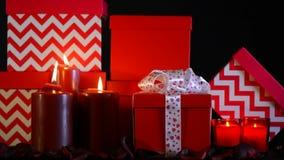 De romantische grote stapel van Valentine van rood giftengezoem stock footage