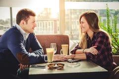 De romantische handen van de paarholding bij koffiewinkel Stock Afbeelding