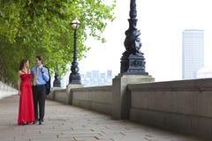 De romantische Holding van het Paar dient Londen, Engeland in Stock Foto