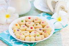 De romantische Kop van het ontbijtconcept van koffie met suikersuikerglazuur verfraaide hart gevormde koekjes Stock Fotografie