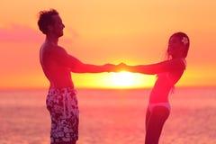 De romantische minnaars koppelen het dansen in bikini bij strand Royalty-vrije Stock Afbeeldingen