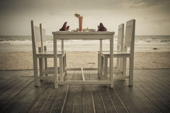 De romantische opstelling van de dinerlijst op tropisch strand Royalty-vrije Stock Fotografie