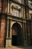 De romantische oude bouw die van de rode bakstenen wordt gemaakt Stock Foto's