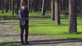De romantische paarkerel wacht vrouw stock video