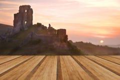 De romantische ruïnes van het fantasie magische kasteel tegen overweldigend trillend s stock foto's