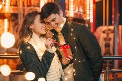 De romantische verrassing voor Kerstmis, vrouw ontvangt een gift van haar vriend royalty-vrije stock afbeelding