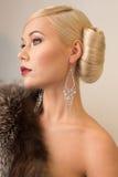 De romantische vrouw van de schoonheidsmanier met rood lippen en bont Royalty-vrije Stock Fotografie