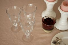 De romantische zondaglijst met glazen, nam en kaarsen toe Stock Afbeeldingen