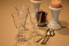 De romantische zondaglijst met glazen, nam en kaarsen toe Royalty-vrije Stock Foto's