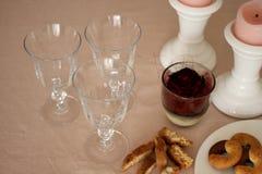 De romantische zondaglijst met glazen, nam, koekjes en kaarsen toe Royalty-vrije Stock Afbeeldingen