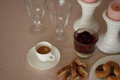 De romantische zondaglijst met glazen, nam, koekjes en kaarsen toe Royalty-vrije Stock Foto's