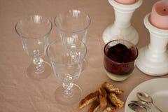 De romantische zondaglijst met glazen, nam, koekjes en kaarsen toe Stock Foto's
