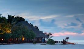 De romantische zonsondergang scenary met wodden inbegrepen huis royalty-vrije stock afbeelding