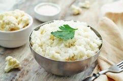 De romige rijst van het bloemkoolknoflook Stock Fotografie