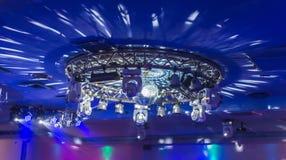 De rond gemaakte discolichten tonen op het plafond royalty-vrije stock afbeeldingen