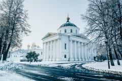 De ronde bouw Ilyinsko Tikhon Church en Veronderstellingskathedraal in Yaroslavl Royalty-vrije Stock Afbeeldingen