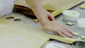 De ronde cirkels worden gesneden in het klaar deeg door een menselijke hand stock footage