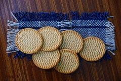 De ronde droge koekjes liggen op wollen doek royalty-vrije stock afbeelding