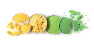 De ronde gele en groene verpletterde oogschaduw voor maakt omhoog als steekproef van cosmetische product stock afbeeldingen
