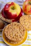De ronde rijstcrackers maakten met appel en kaneel, gezonde snack voor ontbijt, lunch en schoolvoedsel stock fotografie