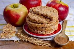 De ronde rijstcrackers maakten met appel en kaneel, gezonde snack voor ontbijt, lunch en schoolvoedsel royalty-vrije stock afbeelding