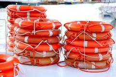 De ronde van boeien lifesaver die voor bootveiligheid wordt gestapeld Royalty-vrije Stock Afbeeldingen