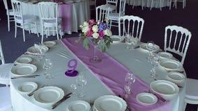 De rondetafel purpere lilac streep van het decorontwerp in het midden stock footage