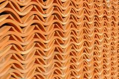 De roodbruine bakstenen muur, klein krullend die patroon meer dan verscheidene muur wordt gestapeld, verfraait het gebouw royalty-vrije stock afbeelding
