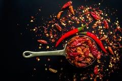 De roodgloeiende peper van Spaanse pepersspaanse pepers op zwarte stock afbeelding