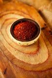 De roodgloeiende vlokken van de Spaanse peperspeper in kom Royalty-vrije Stock Afbeelding