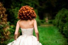 De roodharige bruid loopt stock foto