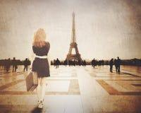 De roodharigevrouw met koffer komt aan Parijs Stock Fotografie